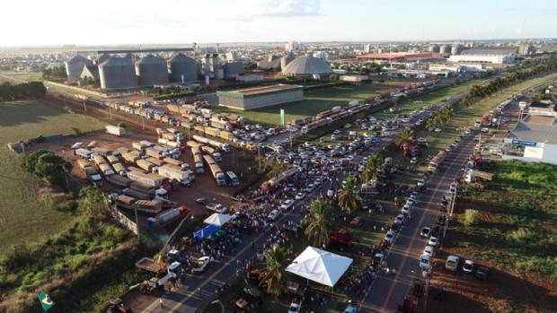 Comerciantes de cinco cidades de MT fecham as portas e vão para a rua em apoio a caminhoneiros