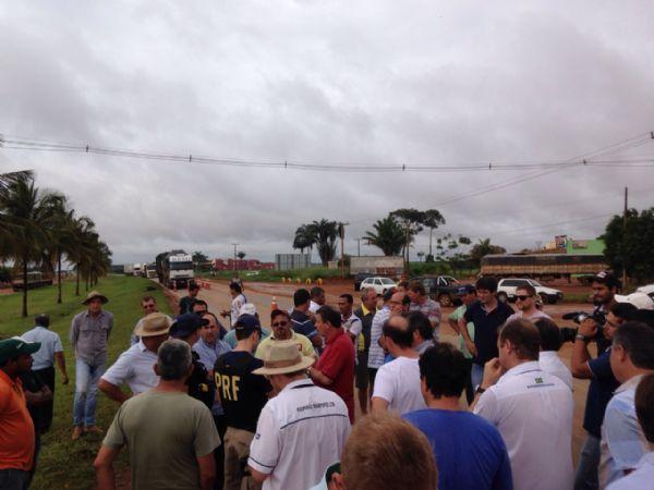 Mato Grosso tem BR-163 e BR-364 'fechadas' por empresários e caminhoneiros; veja fotos
