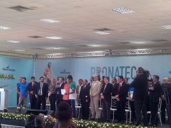 A presidente Dilma Rousseff entregou pessoalmente certificado aos formando do Pronatec e conferiu de perto a assinatura da carteira de trabalho de alunos que ingressaram no mercado de trabalho após os cursos