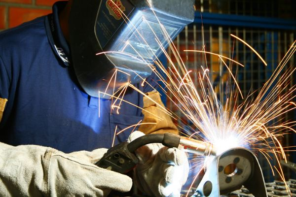 Para a função de auxiliar de cobrança são 60 postos de trabalho abertos e 16 para soldador.