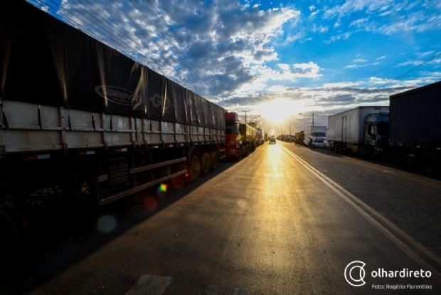 Falta de guias para transporte em Mato Grosso paralisa mais de 100 carretas e R$ 2 milhões em cargas