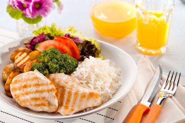 Comer fora em Cuiabá custa em média R$ 30,72; valor da refeição completa é o maior do Centro-Oeste