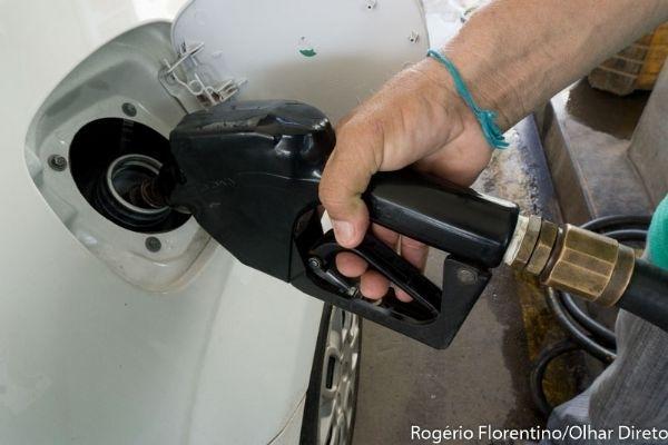 Mesmo após anúncio de redução, consumidor não vê diferença e preço da gasolina chega a R$ 5
