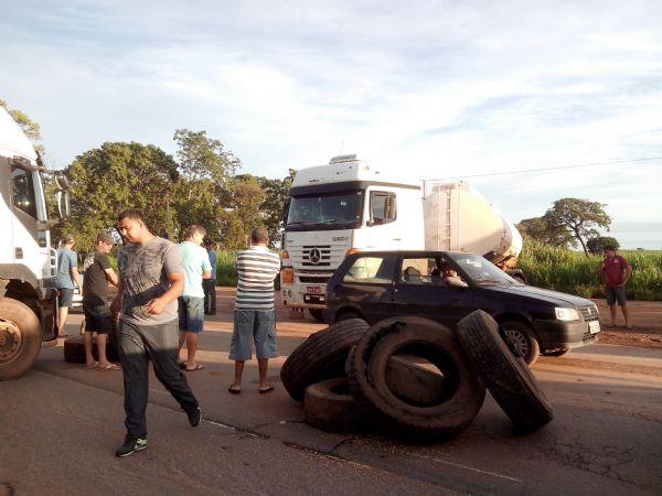 Em Mato Grosso os manifestantes estão liberando apenas carros de passeio, ônibus, ambulâncias, caminhões com cargas vivas (desde que estejam carregados) e de perecíveis.