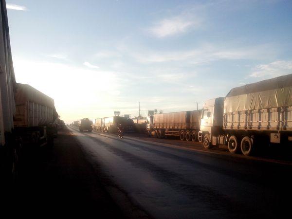Carreata em Cuiabá é cancelada e mais de 500 caminhões se aglomeram em acostamentos da BR-364