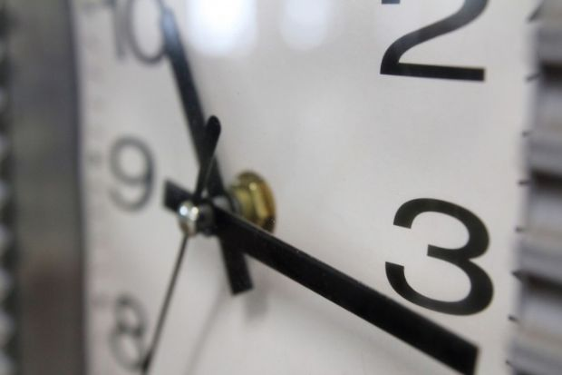 Horário de verão termina no domingo e relógios devem ser atrasados em uma hora