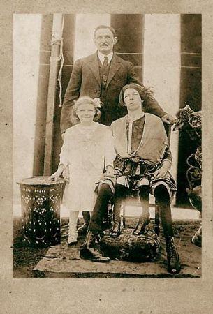 Josephine com o marido e uma das filhas.