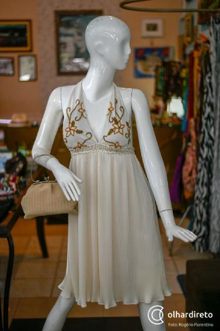e359e1d1948 Brechó em casa do século XIX guarda peças de marcas famosas no ...