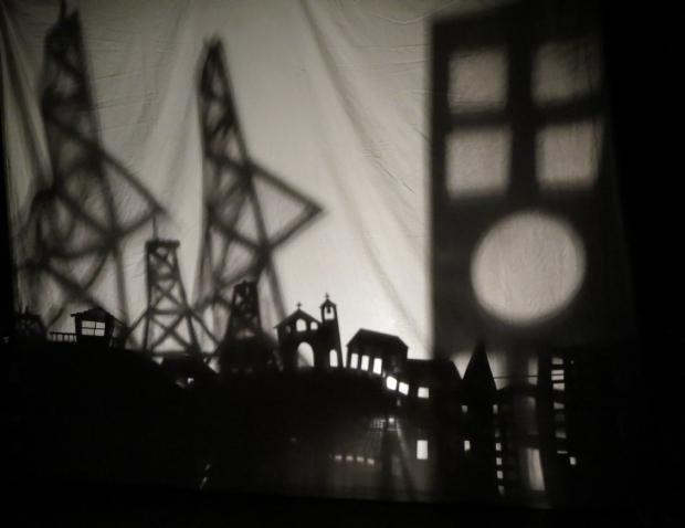 Companhia apresenta espetáculo de teatro de sombras e arrecada dinheiro para vivência no RS
