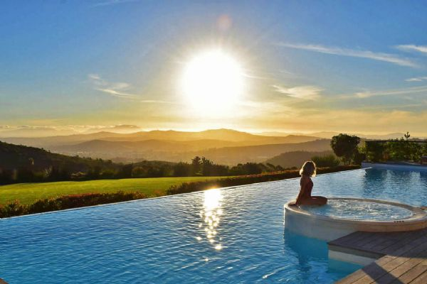 Blogueira cuiabana é indicada para prêmio nacional de viagem e turismo com foto em piscina de hotel de luxo;  Veja vídeo!
