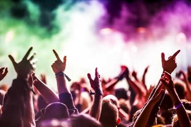 Final de semana tem funk, sertanejo, rock, open bar, peças e mais