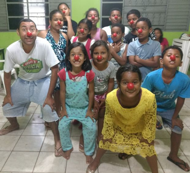 Escola de artes oferece cursos de teatro, circo e musicalização para crianças e adultos nas férias