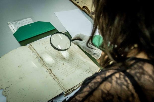 Conheça a historiadora que há 23 anos transcreve documentos importantes de Cuiabá