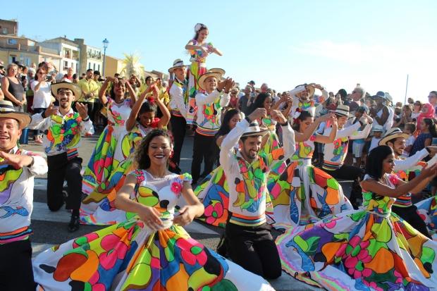 Flor Ribeirinha abre festival de dança na França e leva siriri às ruas de Martigues