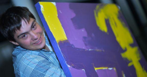 Jovem brasileiro com síndrome de Down sai da escola devido ao preconceito e descobre seu talento para a arte