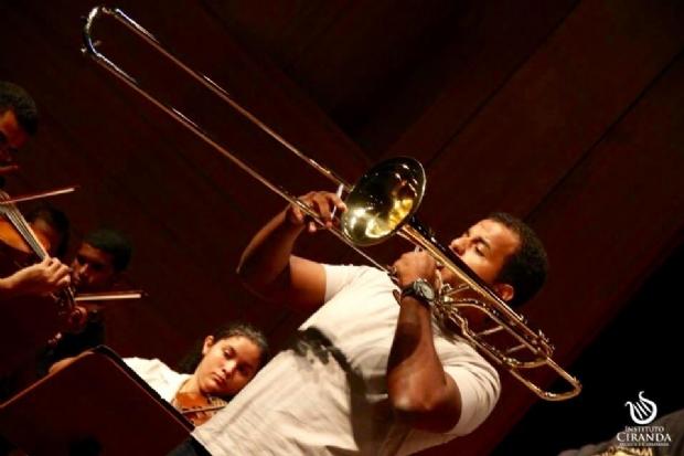 Ex-aluno se apresenta como solista em concerto da Orquestra Sinfônica Ciranda Mundo