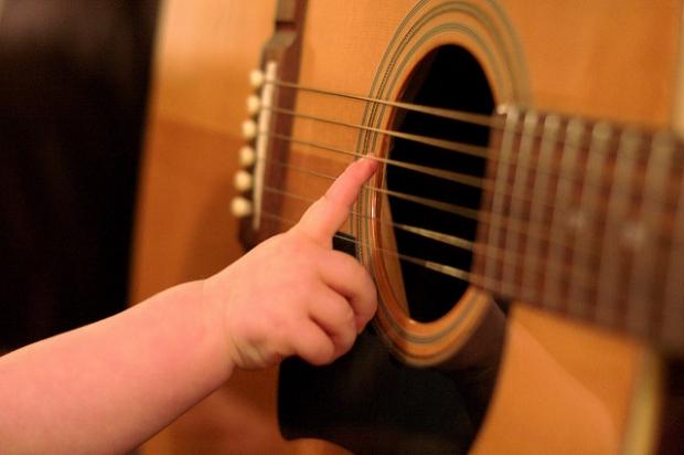 Crianças e adolescentes podem se inscrever para cursos gratuitos de violão