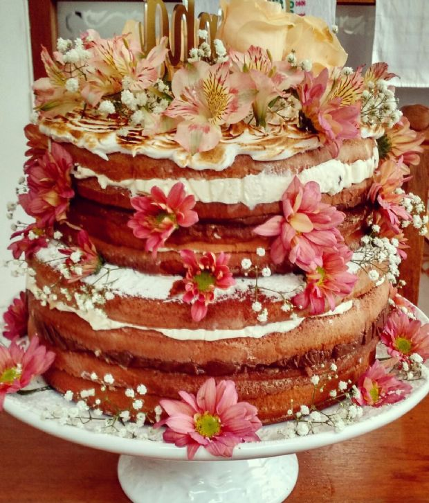 Naked cake decorado com flores