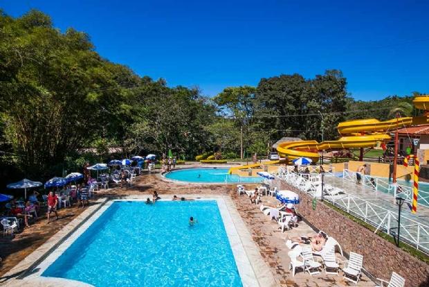 Hotel Águas Quentes oferece programação especial para férias em família; fotos e detalhes