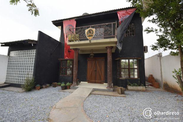 Novo bar dedicado aos amantes de jogos de cartas e tabuleiro tem ambiente medieval em Cuiabá