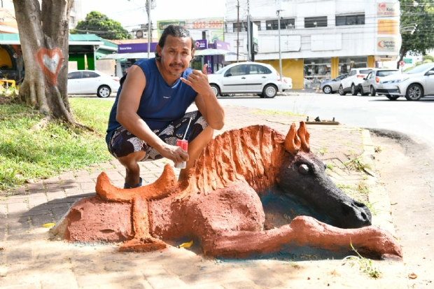 Passando por Cuiabá, equatoriano viaja o mundo há 23 anos esculpindo em madeira e areia