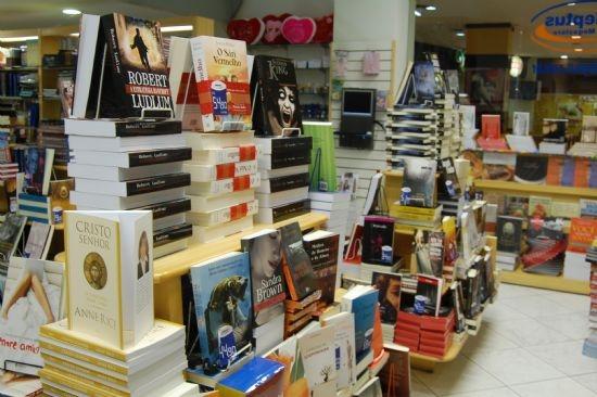 Livrarias restantes em Cuiabá reduzem lojas, abrem mão de estoque e até do ar-condicionado para sobreviver