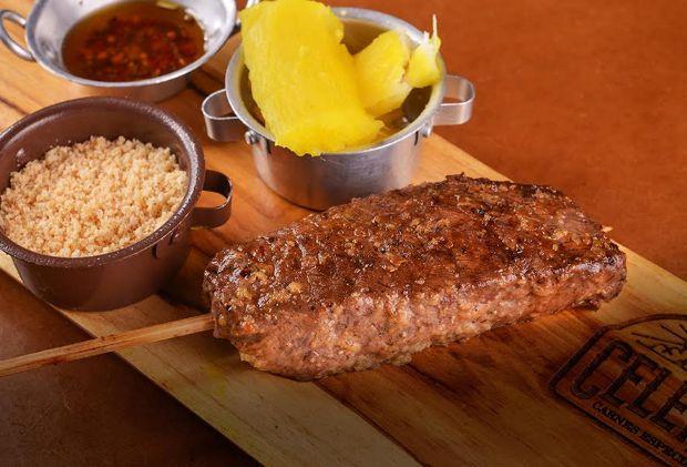 Somente com carnes Angus, Celeiro lança espetinhos de picanha, baby beef e chuck beef