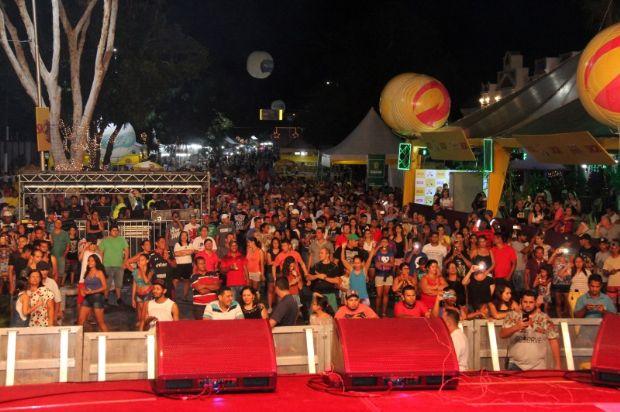 Primeiro dia da festa de réveillon atrai 10 mil à Orla do Porto; Felipe Araújo comanda virada