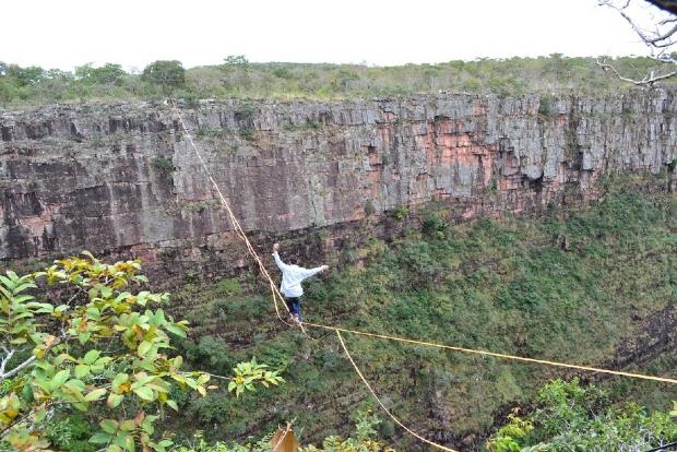 Cuiabano atravessa cachoeira mais alta de MT em fita de highline