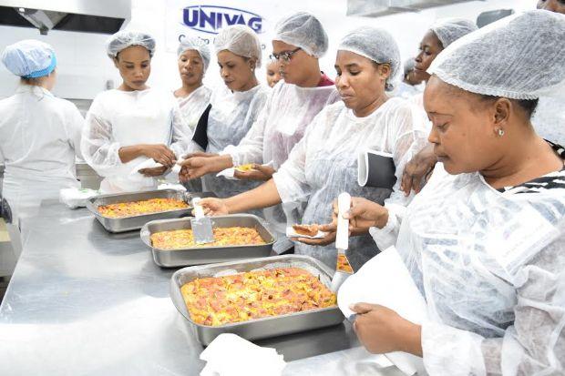 Mulheres haitianas se formam em curso técnico de culinária no Univag