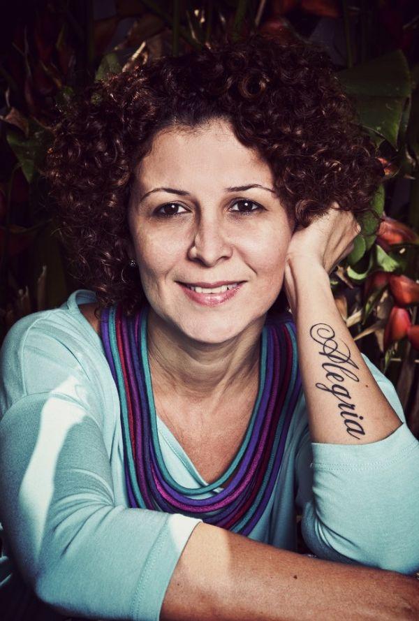 Adriana Milano descarrega emoções em relicários, telas e