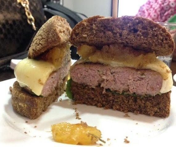 Hambúrguer suíno com abacaxi caramelizado