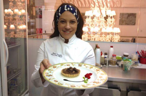Chefe Eliane Carvalho ensina como fazer tortinhas de chocolate para sobremesa