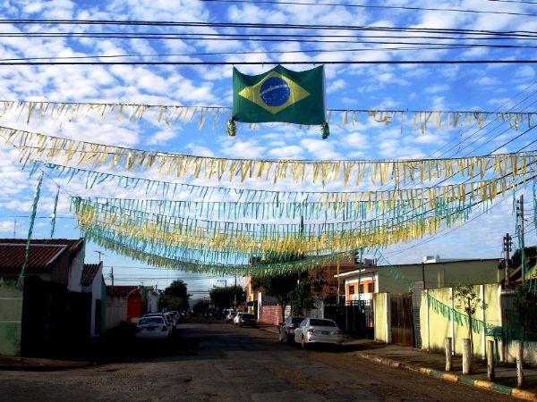 Entrando no clima da Copa, moradores enfeitam ruas em verde e amarelo;  fotos