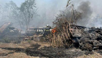 Incêndio destrói mais de dez veículos em pátio de empresa de guincho