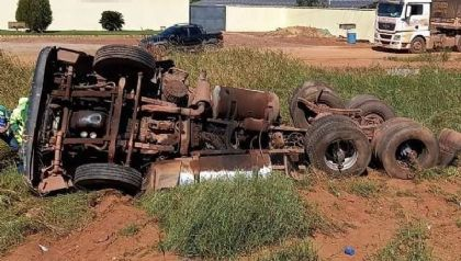 Ciclista morre após ser esmagado por caminhão que tombou em rodovia