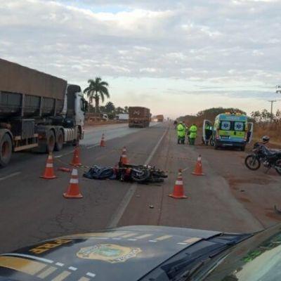 Motociclista morre em colisão com carreta e motorista foge após acidente