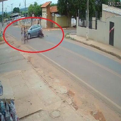 Motociclista é arremessado ao colidir em carro, levanta e sai andando; <font color=Orange> veja vídeo</font color=Orange>