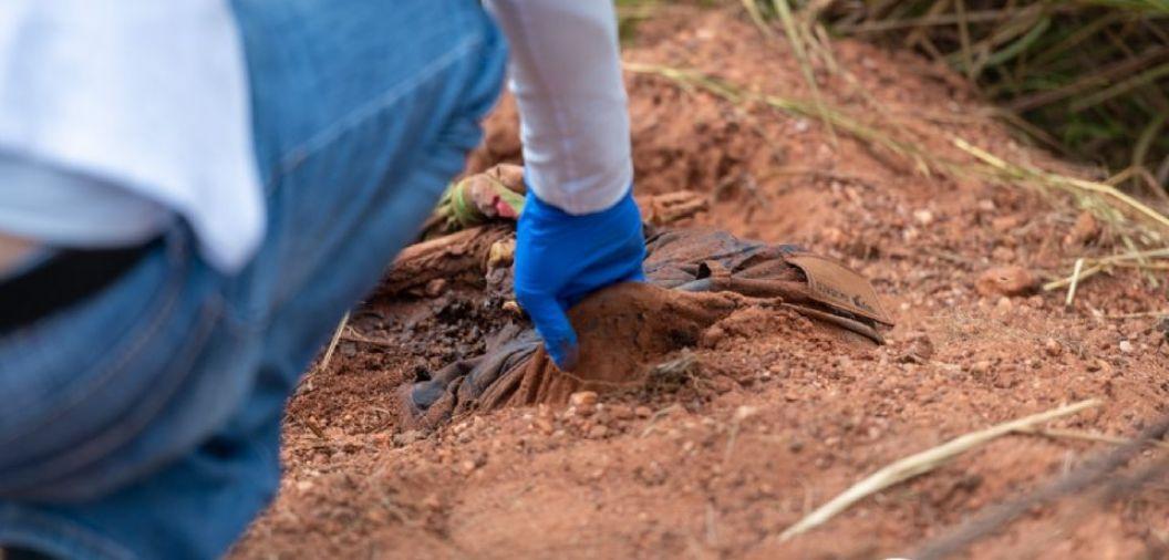 Corpo encontrado próximo a Imigrantes estava com mãos, pés e pescoço amarrados; <font color=Orange> fotos </font color=Orange>