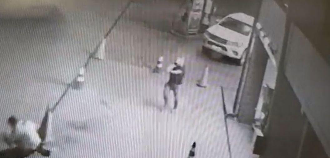 <font color=orange>Vídeo</font color=orange> mostra homem sendo executado a tiros por empresário em posto de gasolina