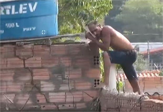 Homem mantém namorada refém, tenta matá-la com serra elétrica e ameaça explodir casa com botijão