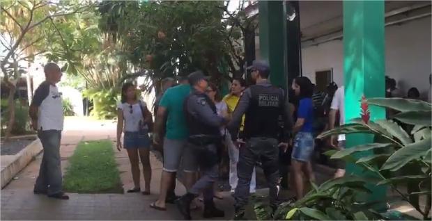 Apresentador de TV e sócio são conduzidos por tumulto e reclamação de urnas eletrônicas em Cuiabá;  vídeos