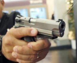 Major troca tiros com assaltantes mata um e fere dois