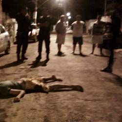 Assaltantes invadem residência; menor morre e outro fica ferido