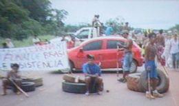 Caminhoneiros tentam furar bloqueio e índios reagem