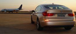 Aceleramos o BMW Série 5 em uma pista de avião