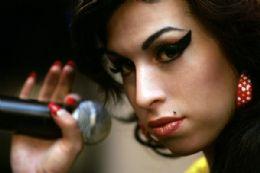 Família de Amy Winehouse diz que ela morreu por abstinência de álcool