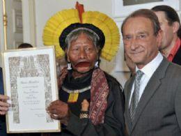 Cacique Raoni recebe título de cidadão honorário de Paris, na França