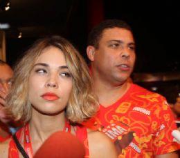 Bia posa para fotos, Ronaldo não gosta e é ríspido com a esposa