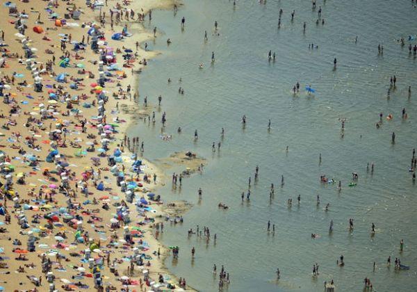 Alemães lotal praia no lago Wannsee neste sábado (4)